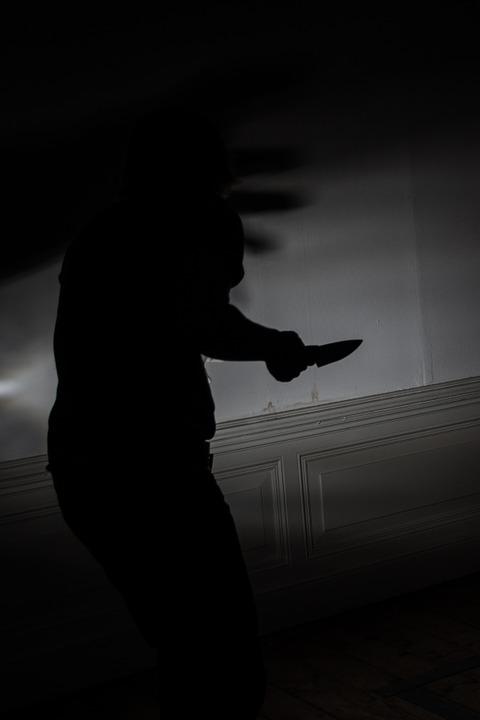 調查中卞某說他和51歲的A某在櫃檯旁吵架時,一怒之下用凶器捅了A某數刀殺死了他。屍體沒有移到別的地方,而是直接在現場分屍。確實警察在現場的櫃檯上和廁所測到大量血跡反應。