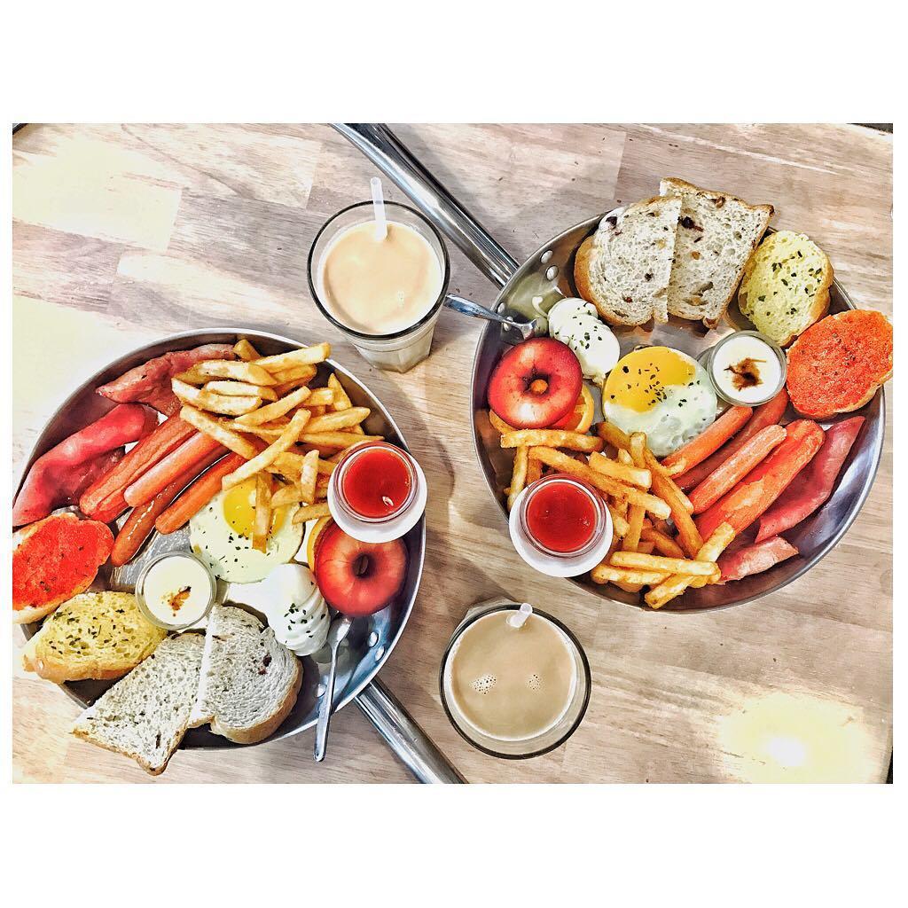 1、濰克早午餐(台中民權店) 從高雄發跡並且擁有響叮噹名氣的濰克早午餐,人潮非常多,與一般店家不同的是只營業到下午二點,除了由服務人員送餐外,其餘皆採自助式,莎拉醬和果醬都可無限取用,餐點有麵包、蛋、薯條、水果、香腸、優格,營養滿分。 地址:台中市北區民權路552號 電話:04-22036228 營業時間:7:00 - 14:30