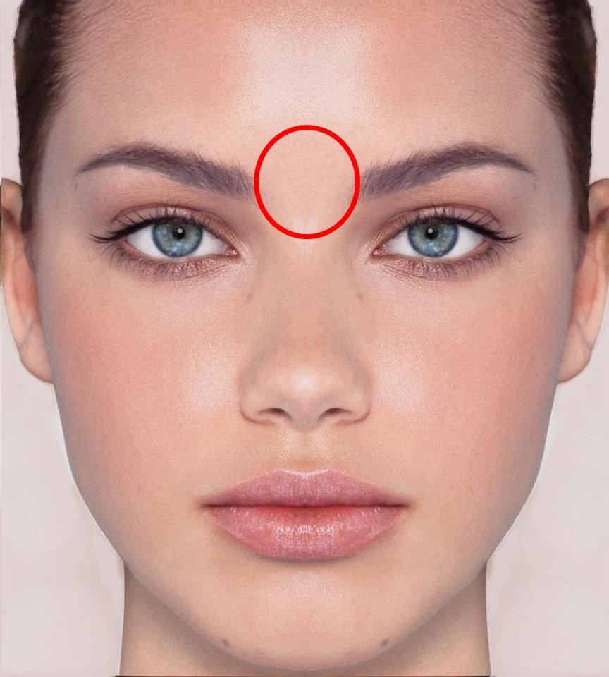 #眉心:眉心間長痘痘,多半跟胸悶、心律不整和心悸等疾病有關。日夜顛倒、作息不規律、長期熬夜或者是因為心事感到煩躁,是相當重要的警訊,當心臟活動力減弱時痘痘就會冒出。