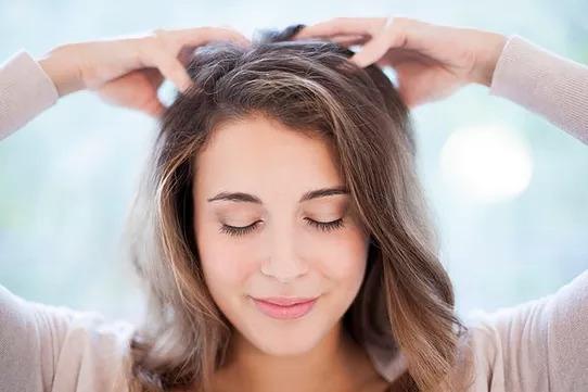 【改善方法2】若因為體內熱氣及毒素造成頭皮痘痘,可以做一些頭皮按摩,讓頭皮的血液循環更好,促進新陳代謝。最重要的是從根本做起,少吃辛辣油膩的食物,不要熬夜還要多多喝水~