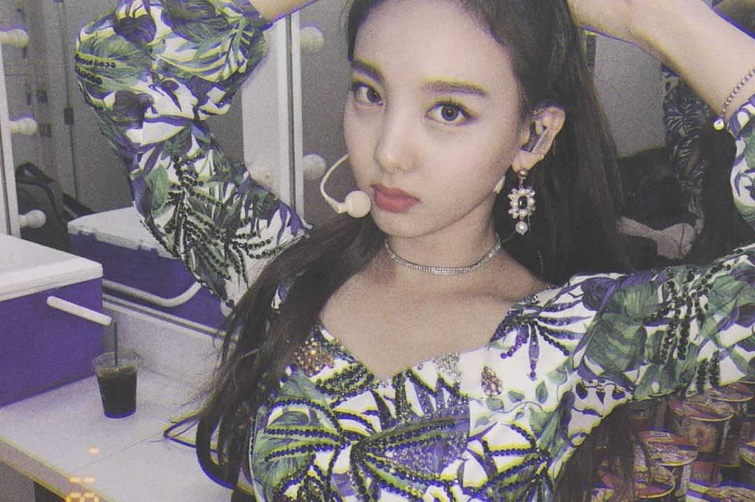 # TWICE - 娜璉  娜璉在通過JYP的公開選拔後,曾以練習生的身分和男星金秀賢拍攝過服飾廣告,更多次出現在前輩的音樂作品中,眼尖的粉絲們都有發現娜璉的身影了嗎?