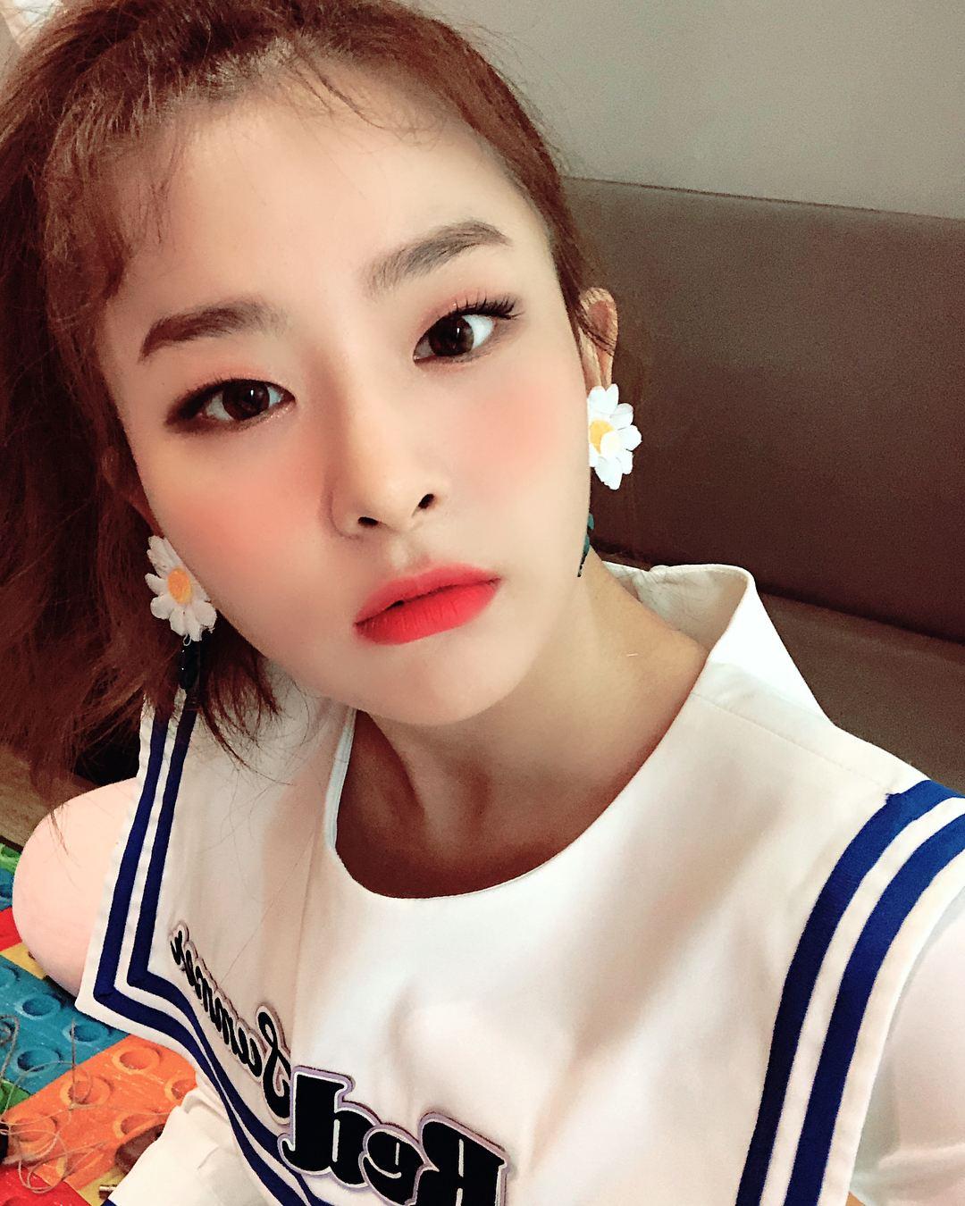 # Red Velvet - SEULGI 除了Irene之外瑟琪在練習生時期也很出名,而最有名的事蹟當然還是SJ前輩圭賢在節目上提到SM裡有個還沒出道的練習生叫瑟琪,不僅誇獎瑟琪可愛也說她很有才華。