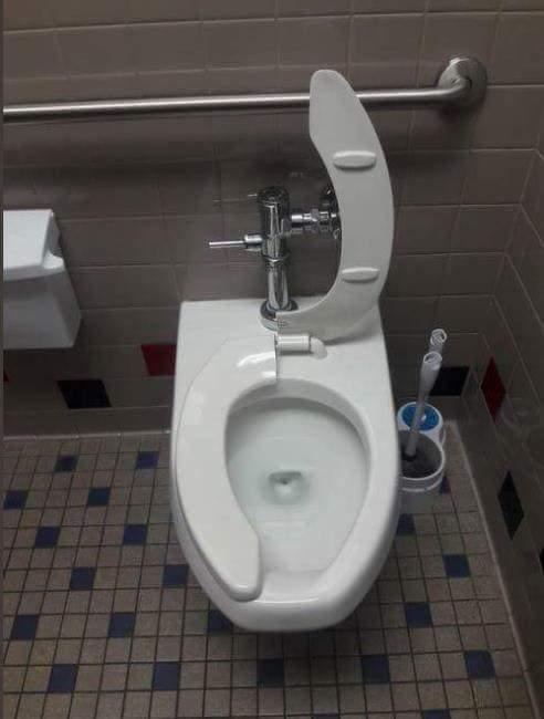 當屎在滾衝進廁所,一開門看到這種馬桶,是不是會讓你看傻眼呢...腦中馬上浮現「這馬桶到底是發生什麼事了...」仔細一看,這個馬桶蓋被分為兩半,一半是蓋下,另一半則是被掀起來!