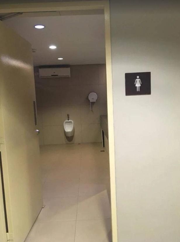 驚!!大家有發現哪裡不對勁嗎?門口註明的是女廁欸,但女廁內竟然有男用小便斗!!!這...