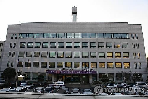 警方於上月26日表示,某高中生因涉及在首爾大學女廁非法拍攝(偷拍)案件被逮捕。首爾冠岳區警察局表示,前日在首爾大學被逮捕的該名高中生涉及違反性暴力犯罪處罰相關特例法,於今日上午被拘捕。該名高中生在不同場拍攝了數十張偷拍照片。