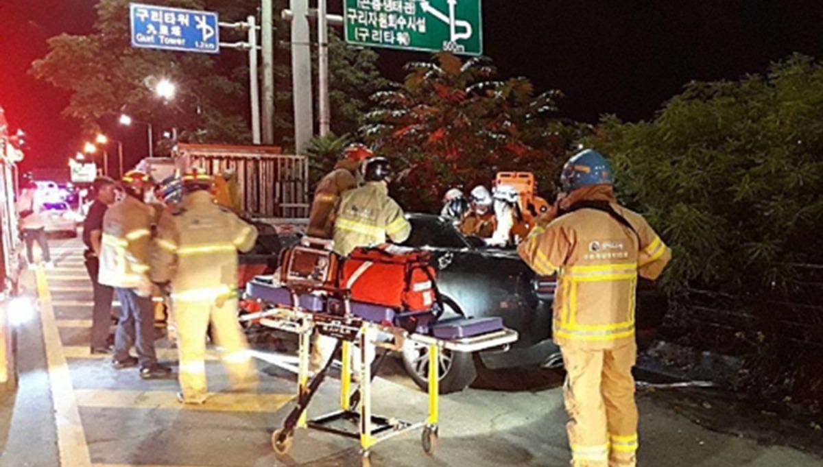 昨天(27日)晚上,朴海美再婚的小9歲丈夫黃敏,因為酒駕釀成事故。 據報導黃敏當天駕駛的轎車撞上停在路邊的貨車,乘坐轎車的5名乘客中有2名已經死亡,而死亡的2名乘客都是演員。