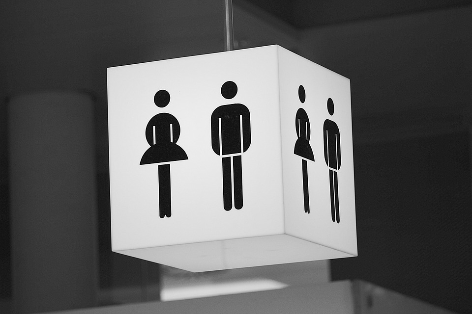 希望不法偷拍可以趕快停止呀!到現在還是有許多人在公共廁所裝設偷拍攝影機,大家來到韓國一定要多多注意並且小心,也希望偷拍的真正嫌犯可以趕快找到! 翻譯自:JTBC뉴스