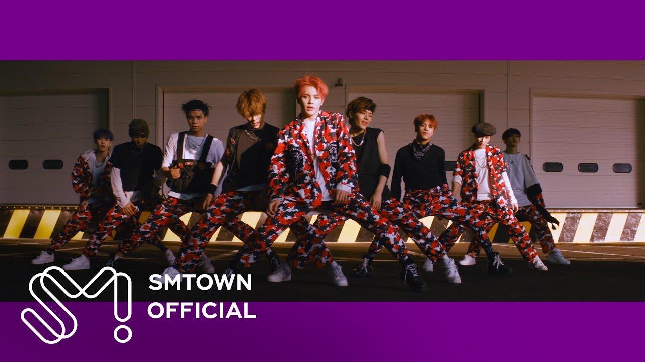 子團NCT127的歌曲「Cherry Bomb」的歌詞中有一句「빨리빨리 피해 right Cherry bomb feel it yum」,當唱到這句時,有兩個舞蹈動作,分別是右手食指戳臉頰以及親吻一下手指頭。