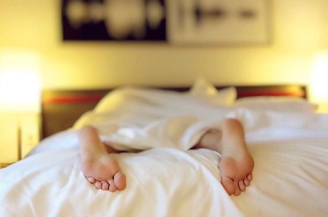 1. 我再睡五分鐘就起來,要唸書才行 考試期間最容易說的謊言中的其中之一,明明說再睡五分鐘就會起來唸書,結果把鬧鐘關了直接睡到隔天早上。