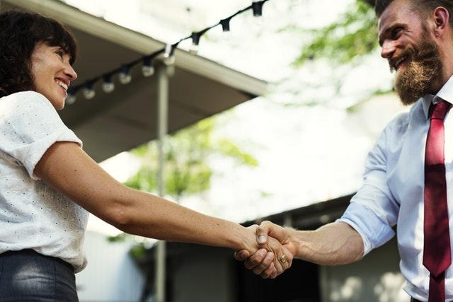 3. 下次一起吃頓飯吧! 許久沒見的朋友在街上偶遇,一面覺得高興但卻不知道為什麼覺得有些尷尬,簡單的問候後,分開時一定會說「下次一起吃頓飯吧!」,但之後跟那位朋友也不會再連絡。