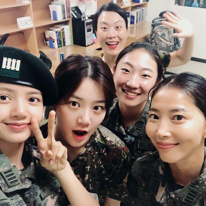 節目還沒正式開播,Lisa的素顏照就提前被粉絲捕捉,雖然平膚一樣看來閃亮亮,但少了眼妝的霸氣,年紀看起來也小了許多,LISA換上韓國軍服的模樣更是獲得了許多讚賞!