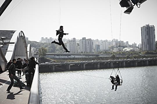 後來想要成為像孔劉一樣的電影演員,以為只要有具備成為韓流Star的條件就可以,殊不知居然要親身跳海,還一跳跳了12次......