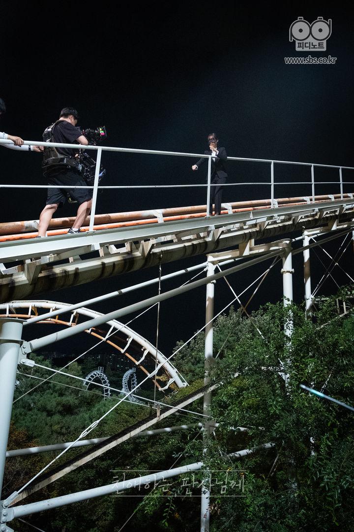 然後就想不如挑戰拍韓劇吧,怎料還要上吊橋,又要在雲霄飛車上行走.......