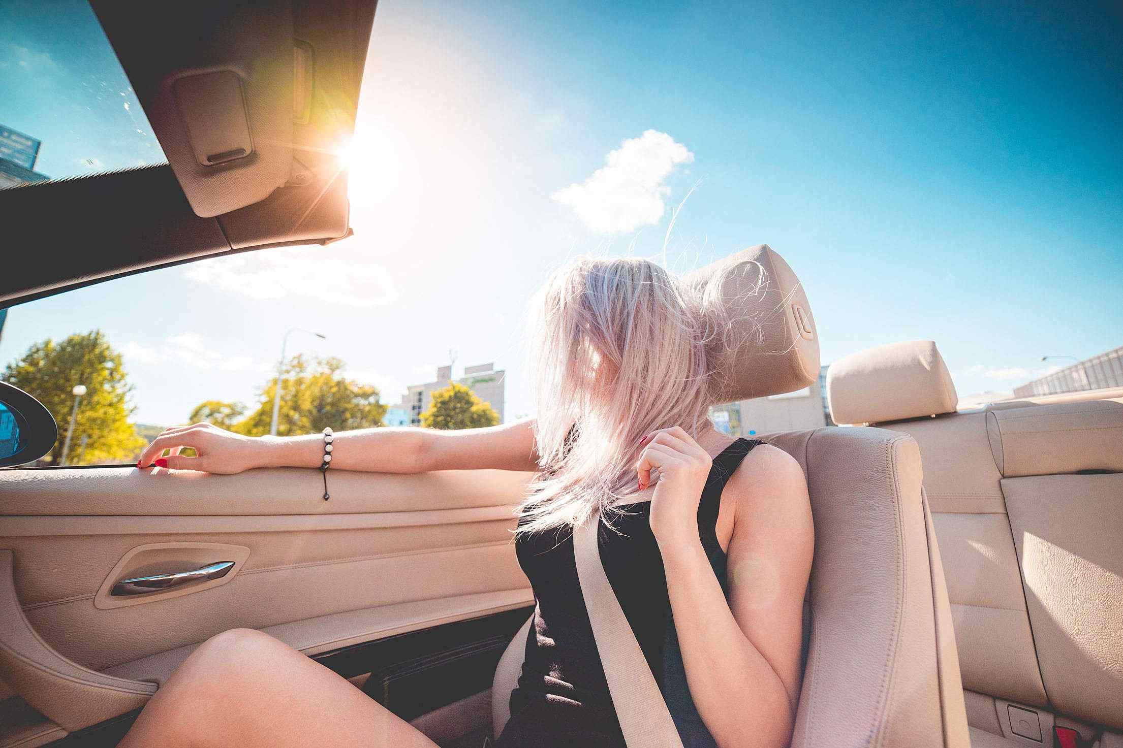 3. 不管是駕駛或乘客,一律須繫好安全帶!違規時罰款3萬韓元,如車內有未滿13歲而又未繫安全帶者,罰款6萬韓元。(*不適用於計程車及巴士司機已告知乘客須繫安全帶,而乘客沒有遵守的情況下。)