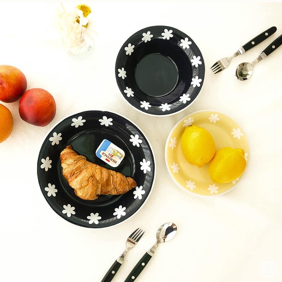 至於廚房系列也不能錯過,除了盤子之外,也有圍裙,只不過摩登少女個人覺得餐具好像比較討喜?黑色的底配上食物有種視覺上的差異,反而讓食物看起來更好吃啊~