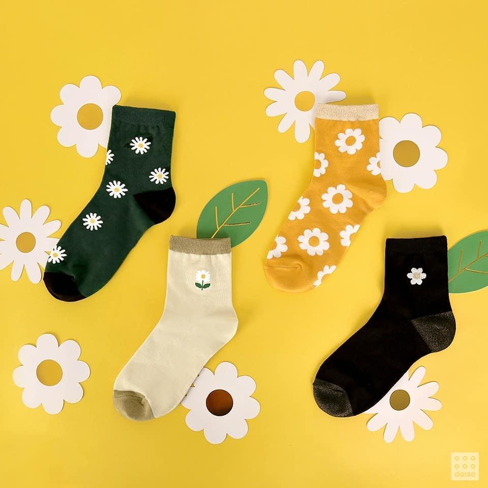如果不喜歡太過招搖,那麼襪子系列你覺得如何呢?畢竟到了秋天,勢必是要穿上襪子才行,要是在穿搭上過於簡單,配上這種可愛造型的襪子,反而會讓你的造型更加有特色喔!