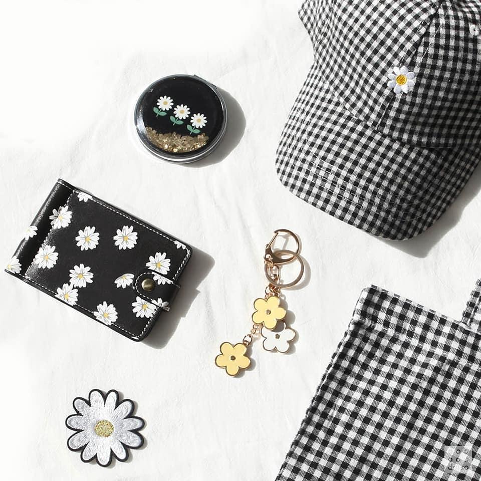 另外像是吊飾、徽章貼布還有帽子都有~雖然一套是滿可愛的,但是摩登少女還是建議大家,背了包包就不要背帽子,否則看起來會太刻意的套組感XDDD