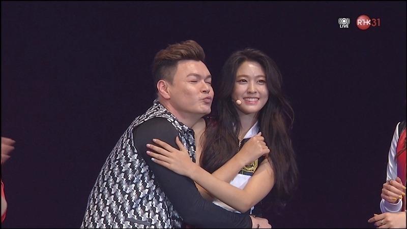 #AOA - 雪炫 最近因為身材越變越好而人氣直升的雪炫,也曾經遭到「鹹豬手」,在2016年參加第六屆香港亞洲流行音樂節的時候,主持人李志剛透過翻譯表示想抱其中一位成員,隨後走到雪炫旁邊一把抱住她,雪炫的臉顯得有點尷尬,但還是敬業地保持微笑,並一邊用手擋在胸前保護自己