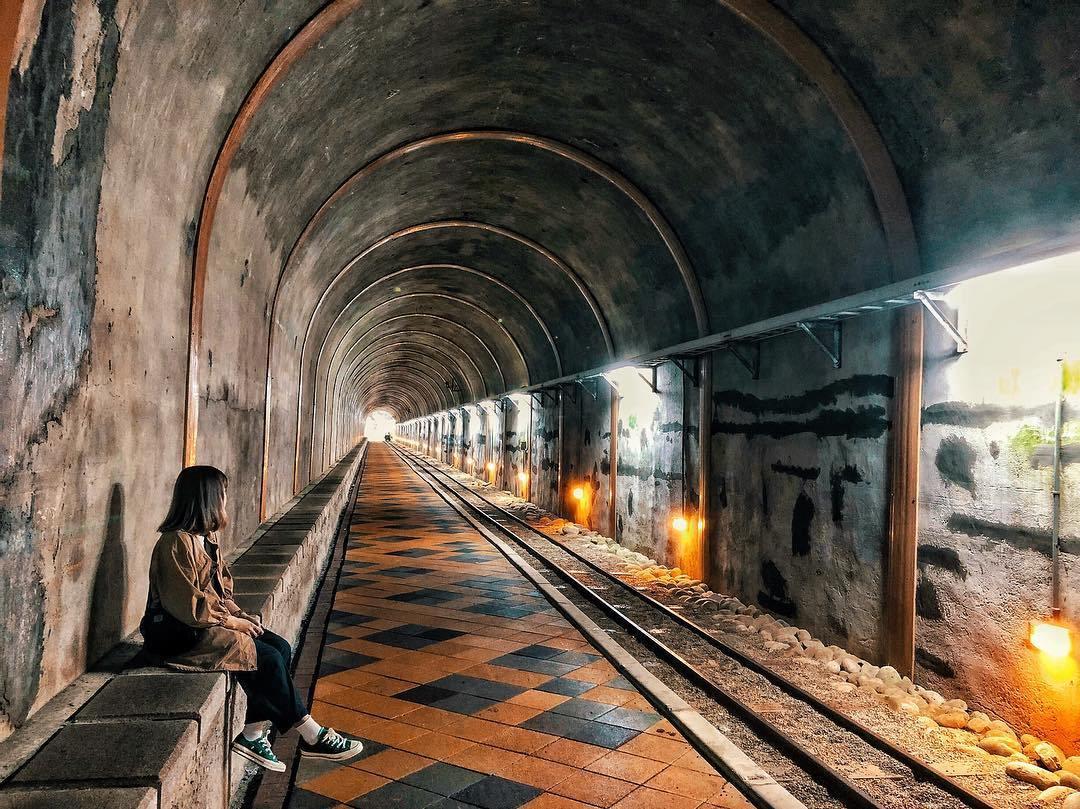 舊百吉隧道 擁有50年的歷史的舊百吉隧道,古色古香的建築吸引許多人慕名前來。這座隧道全長約400公尺,提供遊客、單車通行,不少人專程前往隧道內拍照留念。因為隧道內有提供燈具照明,十分明亮,不怕漆黑背光。走出隧道分別可通往總督府登山步道、百吉林蔭步道,很適合優閒地散步。不妨假日安排一趟懷舊之旅!
