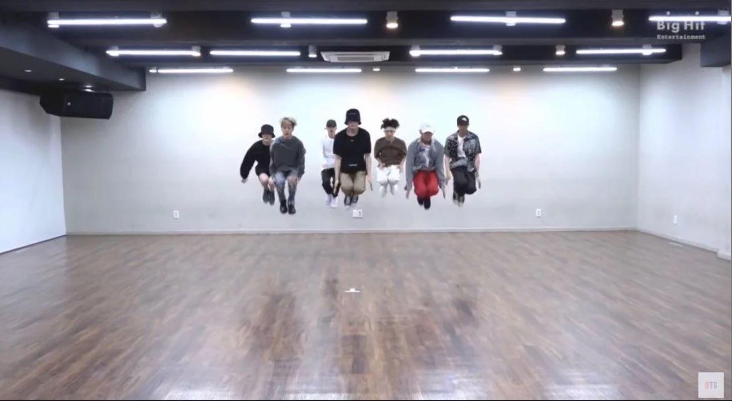 而BTS的歌曲雖然是出了名的編舞難,但是整齊度也絲毫沒有因為困難的編舞而下降,在昨天(2日)公開的新歌<IDOL>的舞蹈版影片中,BTS就讓大家再次看到什麼才是「刀群舞」,連跳起來的瞬間都可以一秒不差,真的是太誇張了啦!