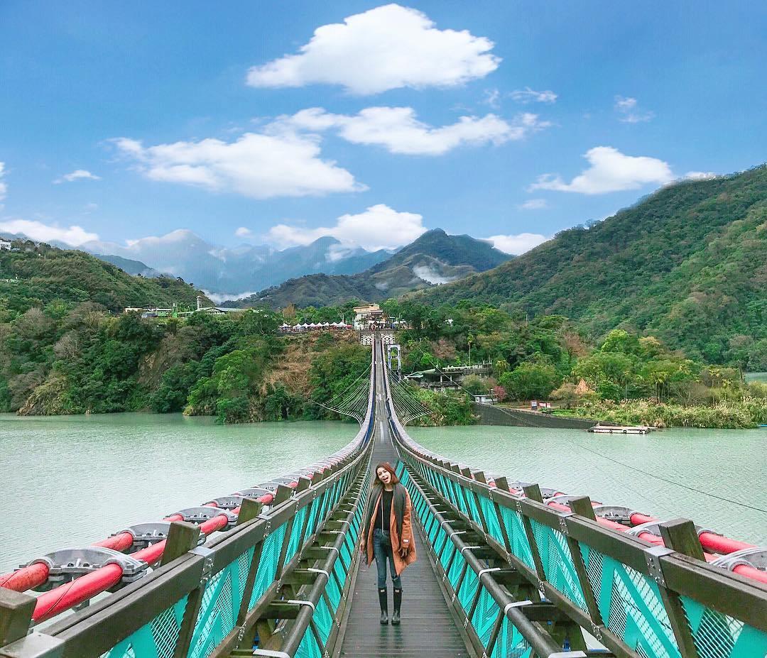 新溪口吊橋 桃園的新溪口吊橋是全台最長的吊橋,全長303公尺,全新的吊橋可以欣賞石門水庫的美景,使湖光水色盡收眼底,還能走在天空之橋上享受山林景色。更棒的是吊橋串聯許多知名景點,有角板山公園、羅浮溫泉等,讓遊客越來越多,藍綠色橋身搭配湖水照映,更成為打卡熱點!