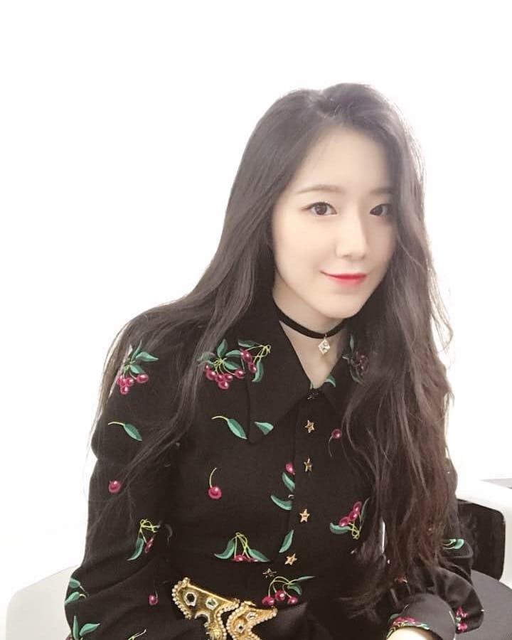 # (G)I-DLE - 舒華 在拍照時專業的表情也被韓國網友說「氣勢不像新人」,從出道前就參與過MV等作品演出的舒華,冷豔的外型也讓不少韓國網友驚嘆!