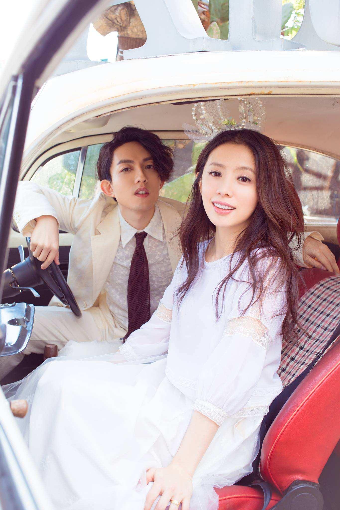 KIKI沒有穿著魚尾禮服或大展身材,身上穿著兩截式的簡單白色系套裝,帶點絲質的材質,看起來非常純真可愛,林宥嘉則是換上白馬王子的裝束。