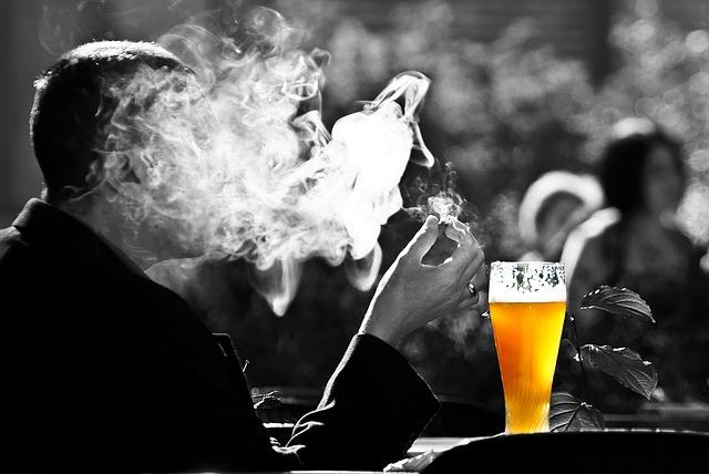 6. 今天開始戒酒(戒菸) 嗜酒跟愛抽菸的人最常掛在嘴邊的謊言,說完之後隔天還是照常喝酒跟抽菸,若是提醒他們,他們也不會承認說過這樣的話。