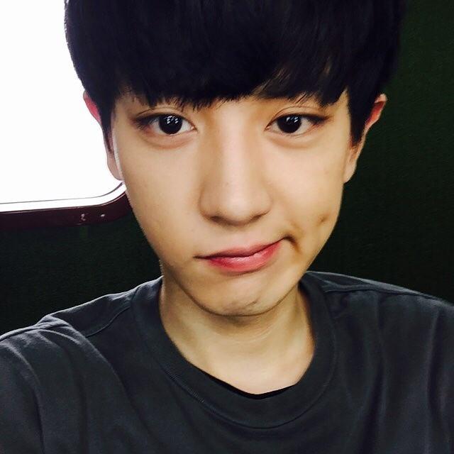 # EXO - 燦烈 比起雙邊酒窩?燦烈好像更常露出單邊酒窩?但偶爾露出壞壞的微笑更讓粉絲瘋狂啊!