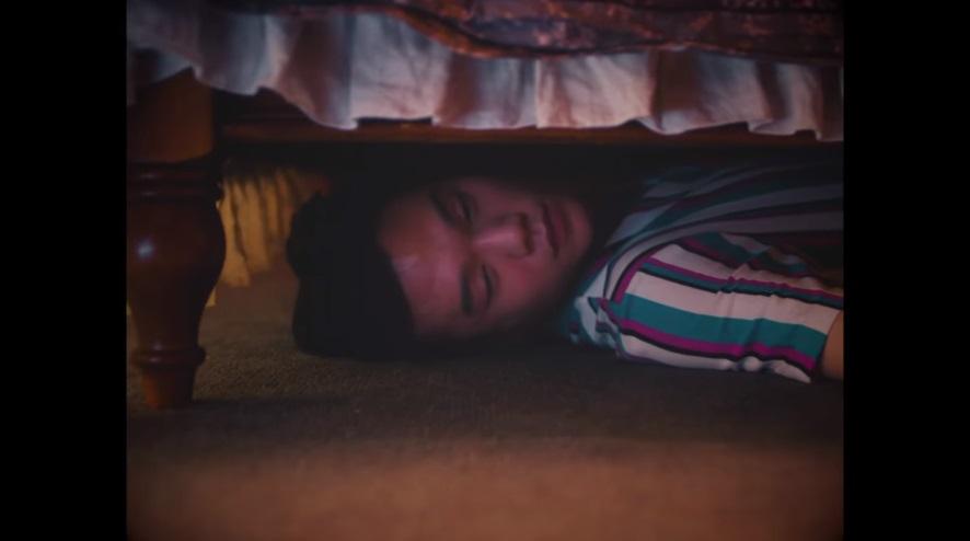 接下來家裡有派對要舉辦,就把對方藏到了床下,之後有一對情侶進到了房間,在床下的男人睜開眼那瞬間,床就塌下來了....(這段還是要請大家自行去MV裡面看了XD)