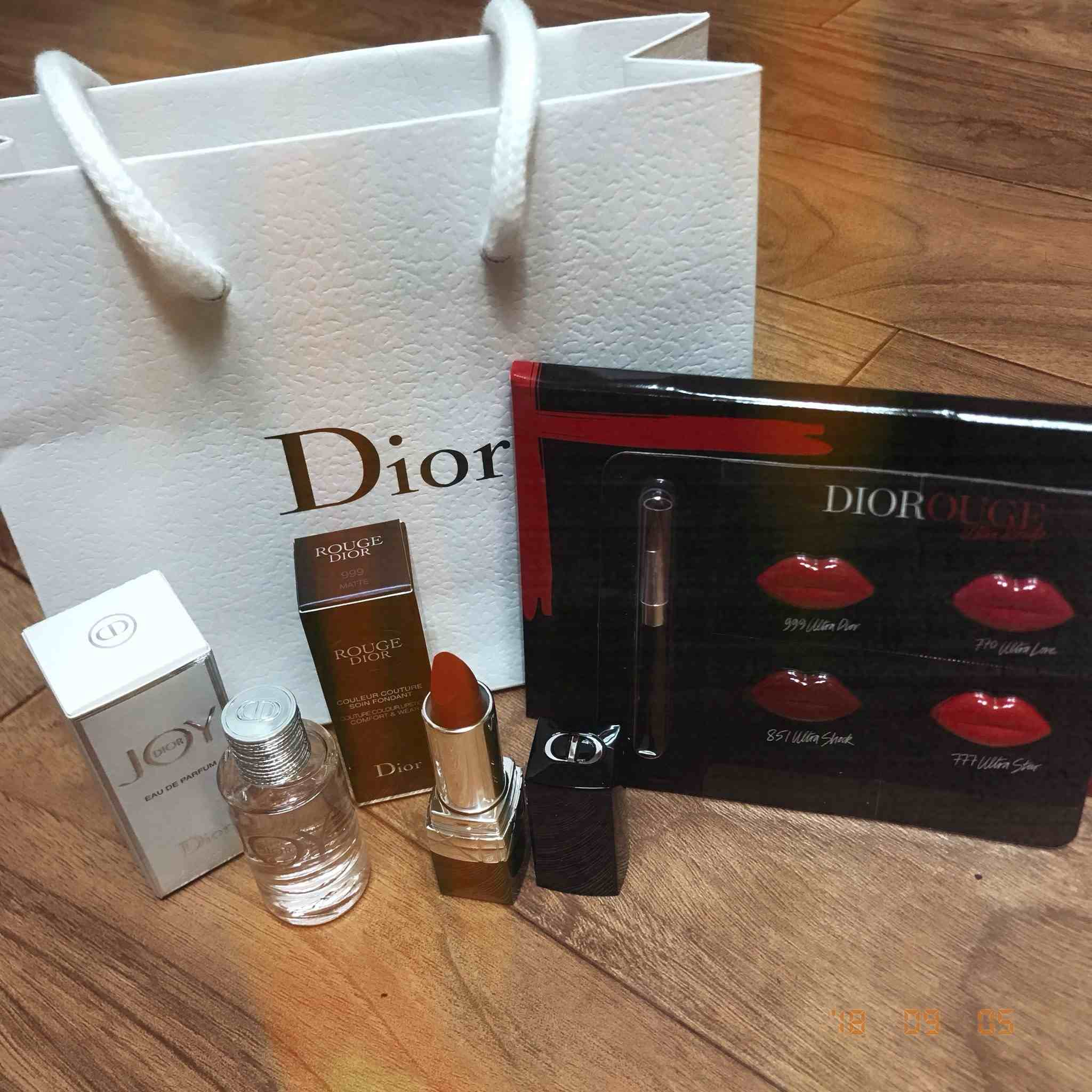 有參加的粉絲上傳當天收到的禮物,仔細一看內容物有Dior口紅、香水還有善美代言品牌Wella等等的美妝用品,這種等級應該比演唱會門票還貴吧XDD