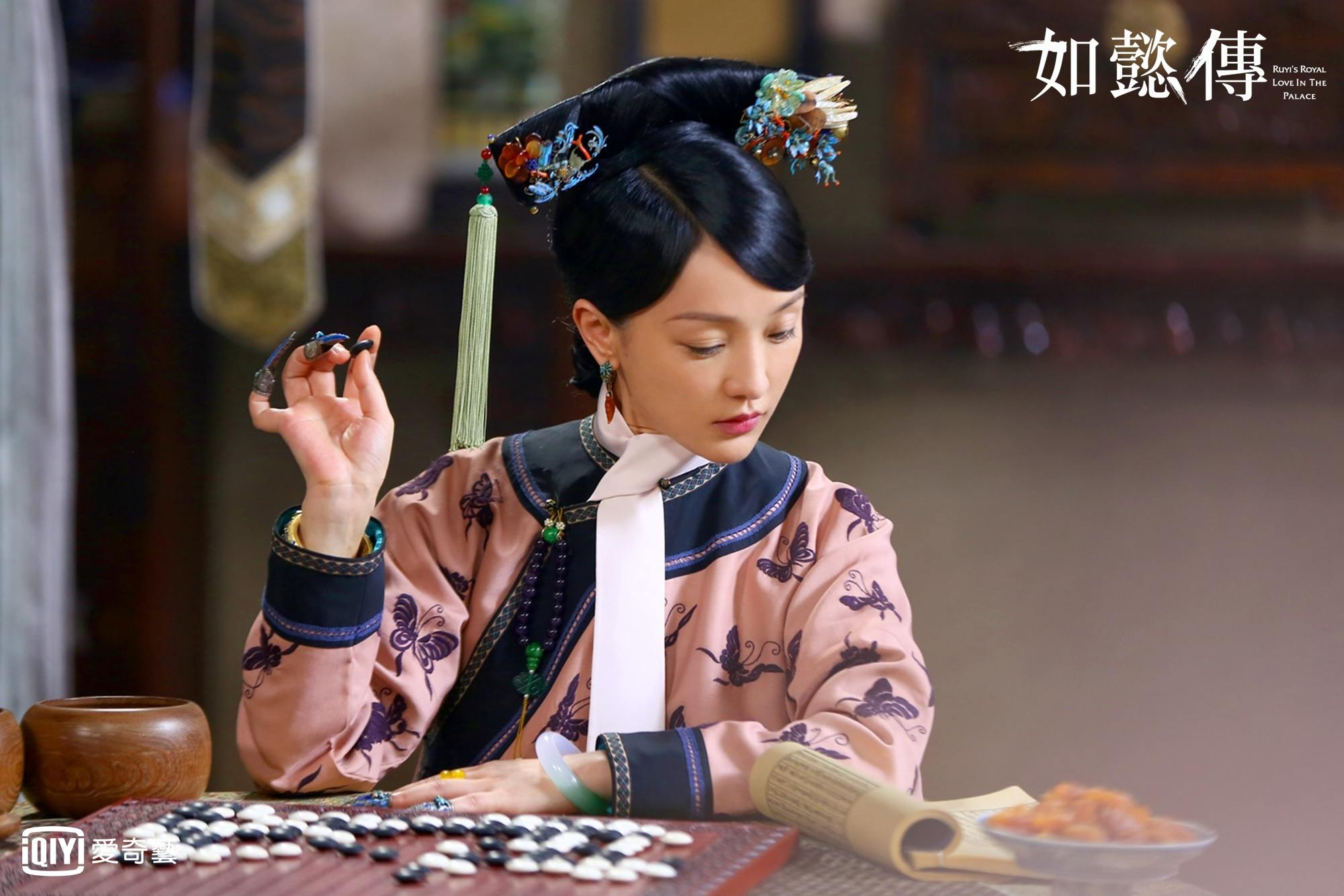 先來說說女主角周迅,很明顯的,雖然身為位階頗高的妃子,簡樸的周迅衣著甚至比貴人都還來得單調、簡單,而在妝容上也是。