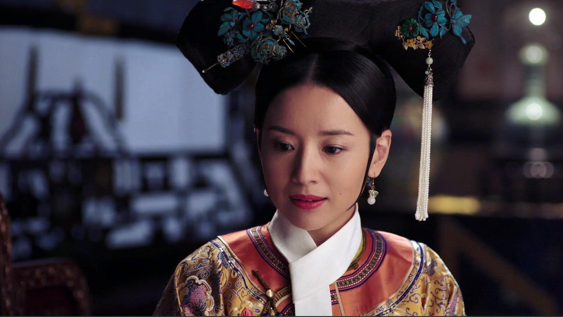 後宮之主皇后娘娘,則多以桃紅色調的純色為主,看起來比較老練、沈穩、成熟,較沒有其他嬪妃較為青春或活潑的感覺。