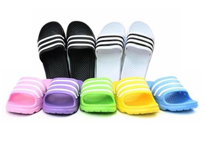 最具代表性的一款,當然就是國民拖鞋「三線拖」了!因為都長一樣,所以在學校也常常穿到別人的XDD三線拖在一般文具店內就可以買得到,一雙大概3千韓幣
