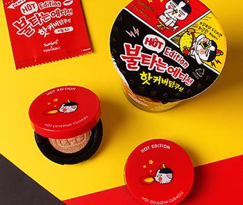 """系列產品全都畫上辣雞炒麵的卡通角色——噴火的hochi,當中還有一個用泡麵包裝的特別產品,那就是""""火辣遮瑕雞粉底""""(怎麼光看就有種很辣的感覺XD)"""