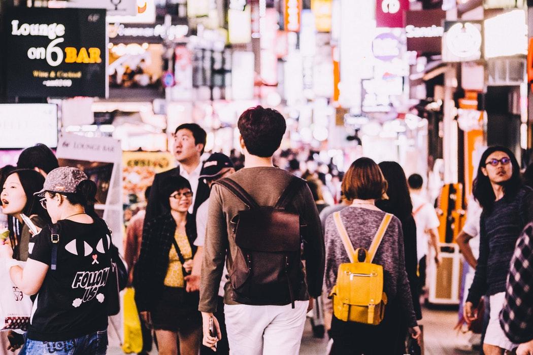 大家應該都知道,在韓國有敬語和平語之分,對一個陌生人講平語是非常無禮的!這種行為就算發生在其他國家也會引起大眾的反感,更何況是在一向注重禮儀的韓國。希望這對夫妻能被網友們點醒,了解自己到底錯在哪,不要變成一個只會倚老賣老的年長者。