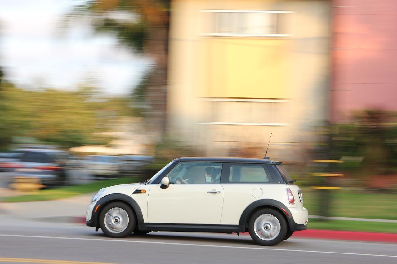 更可愛的是,還有不少居民用寫滿批評A某的便利貼貼滿她的車。居民的留言有:「既然你討厭被貼,那麼我們就幫你貼滿它~」 於是,A某的車在短短一天內被貼滿了各種顏色的便利貼!不僅如此,還有路人來和車子合照並上傳SNS,成為另類打卡景點XD