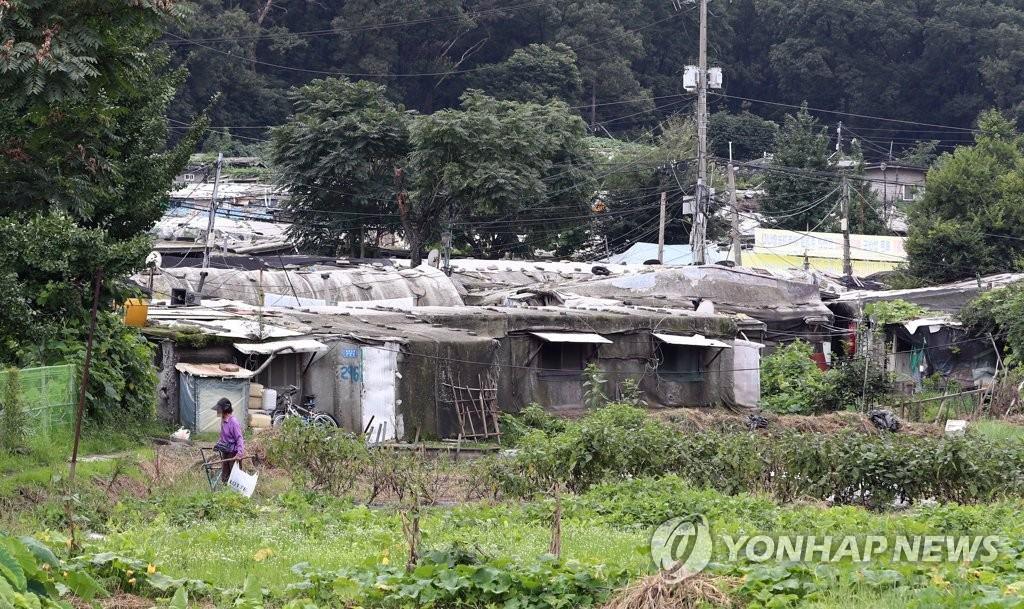 而木房、旅店及考試院一人家庭也有漸增的趨勢,這種沒有安居住所的脆弱家庭越來越多。不知道韓國政府有沒有什麼打算改善韓國這樣的居住環境,不然「地獄韓國」真的不是叫假的。 翻譯自연합뉴스