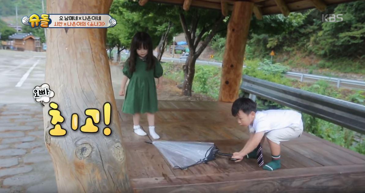 當娜恩突然發現小蟲覺得有點害怕的時候,大發立刻勇敢的拿起雨傘把蟲掃掉,甚至幫娜恩的手呼呼,還不時撥開娜恩的長髮,完全是十足的可靠哥哥!娜恩也開心說著「最棒!」謝謝大發的幫忙