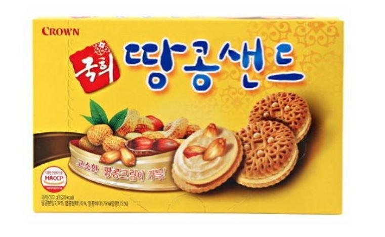"""6.Crown花生三明治餅乾 1999年播放的電視劇""""Kuk Hee""""以餅乾的故事為主題製作,平均收視率有39%很受到歡迎,其中趁著這波熱潮而上市的餅乾就是這個花生三明治餅乾,當時一上市就得到了熱烈的迴響。生產公司也曾擔心這是否會是藉著電視劇的人氣,曇花一現的熱潮而已,結果不但撐過熱潮,到現在依然是父母親常買的一款零食,夾心的花生醬很香醇之外,跟餅乾也是非常搭的組合,很受老年人的喜愛。"""