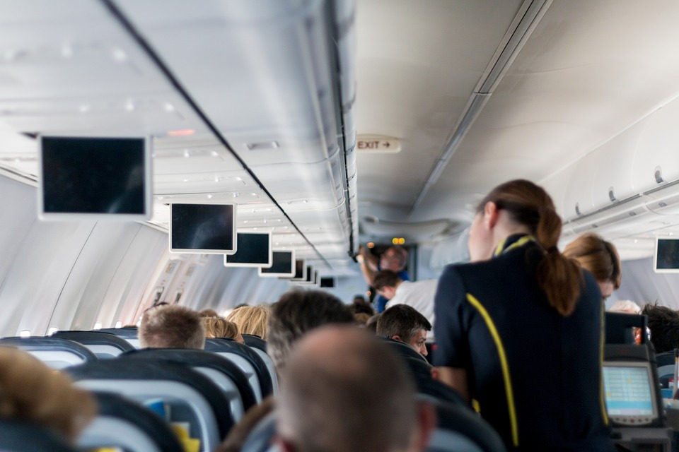 而與確診患者共乘同一架飛機的乘客們(初步估計440名)則被轄區地方自治團體列為名單,正在監控中。