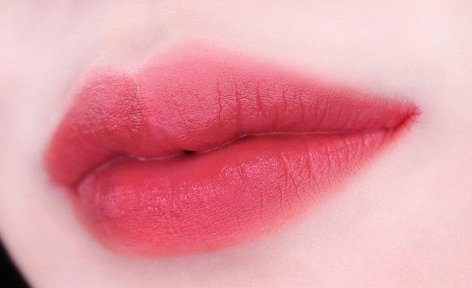 #12號:如果覺得7號單擦有種太病氣的感覺,但又想要粉色調的秋冬唇彩,不妨考慮12號吧!12號比起7號更多加入了一些紅色調進去,塗起來更有生氣,是款適合四季的顏色~
