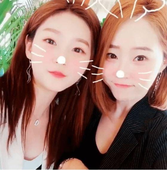 金賽綸和媽媽的照片曝光後,讓不少網友大讚兩人根本像是姊妹,也不禁讚嘆「基因真的太強大」了,說是姊妹我也信啊!!!