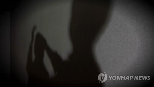 最近韓國發生了一件很奇怪的新聞,某夫妻利用性關係和威脅等多種手段向熟人勒索錢財,目前被警方抓獲。全羅北道全州完山警察署10日表示,以涉嫌恐嚇嫌疑拘留了A某(37歲),並對妻子B某(36歲)進行了不拘留立案。