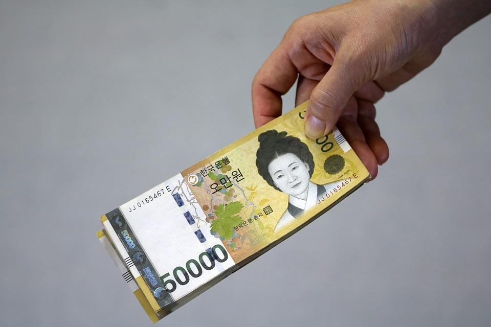 他們涉嫌從2015年9月開始至今,威脅C某(48歲),並收取2億韓元。A某向平時認識且親近的富豪C某表示「想嘗試做自己的事業」而向C某借了9千萬韓元。