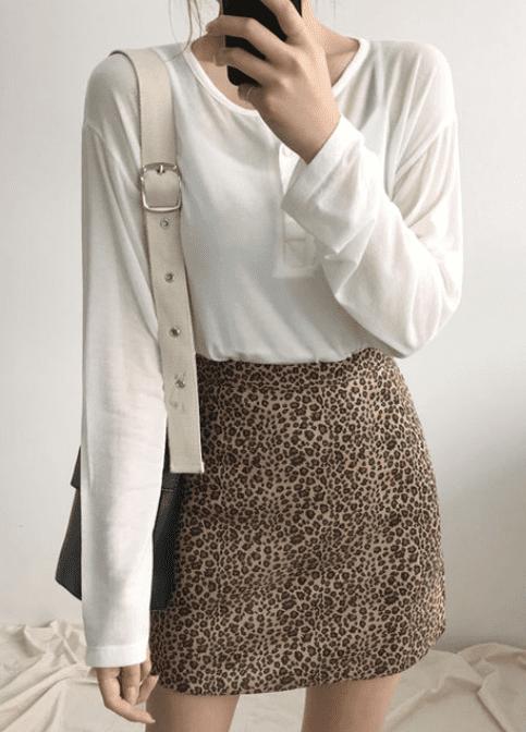最近在韓國吹起了一陣豹紋旋風,到處都充滿了豹紋單品,尤其是這樣的豹紋A字窄裙小姐姐們更是人手一件!不瞞各位,其實摩登少女自己也默默收了一件呢~