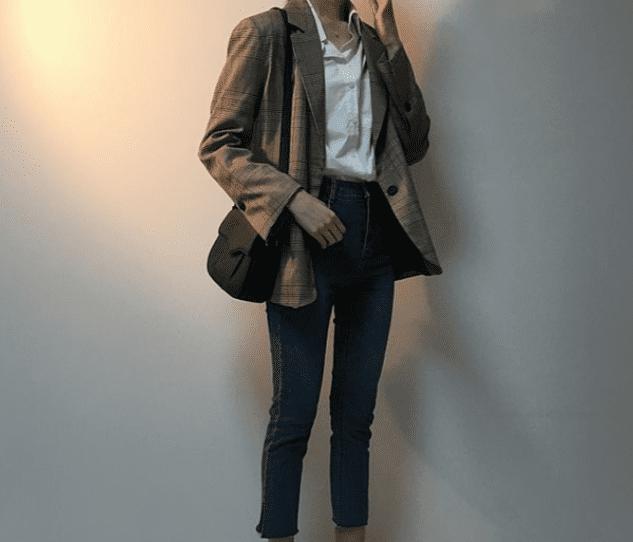 西裝外套穿起來就是充滿率性,不同的剪裁跟花紋也能襯托出不一樣的風格。例如稍微寬大的肩線,可以讓女孩們充滿氣勢,又或是變得小鳥依人。或是選擇復古感的咖啡色、土色系,一穿上歐膩感爆棚!