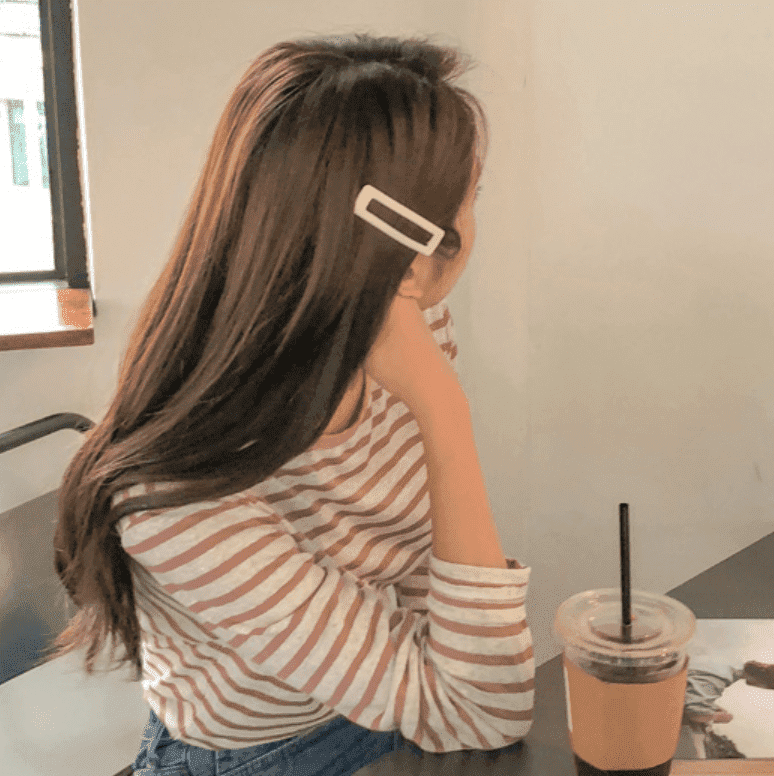 最近應該能看見眾多韓國歐逆們紛紛夾上髮夾吧?不論素色、豹紋、珍珠、金屬,各式材質大小的髮夾都相當吸引人。誰說只能靠衣服,就這樣一個小飾品,立刻讓你成為韓國小姐姐!