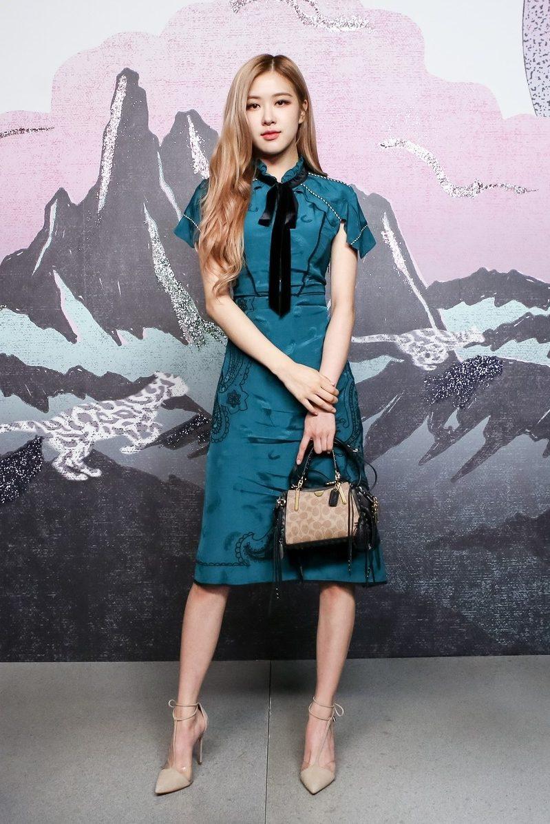 Rose選擇一身帶點藍綠色的古典感洋裝,荷葉邊的小立領加上黑色蝴蝶結,裸色高跟鞋呼應手上的小包包,更是襯托出Rose的甜美氣質。