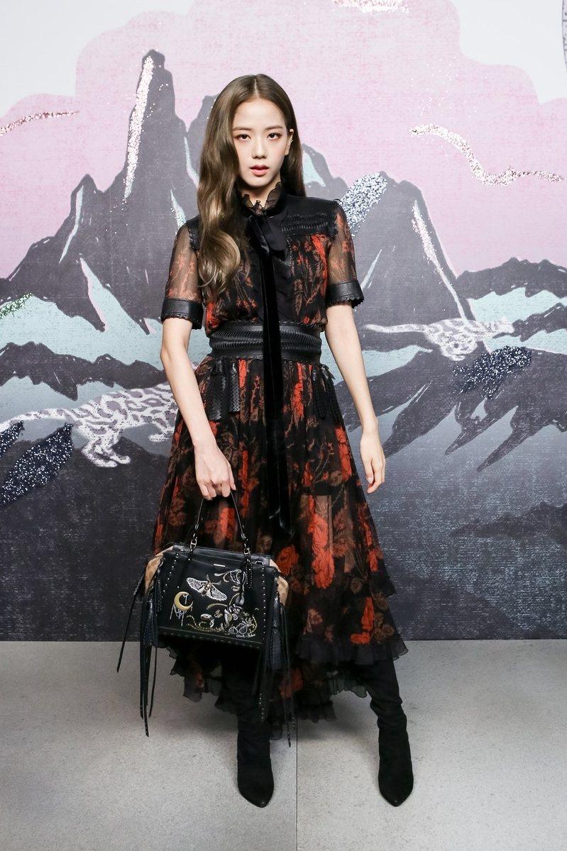 同樣挑選洋裝,但Jisoo的風格可就不太一樣了,透紗材質上佈滿紅色玫瑰,腰上的綁帶瞬間拉長下半身比例,微微的透膚設計又加了點小性感,神秘美的路線很適合Jisoo。